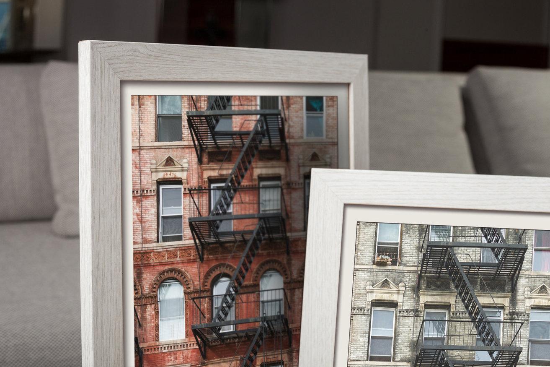 biała ramka do brązowego mieszkania