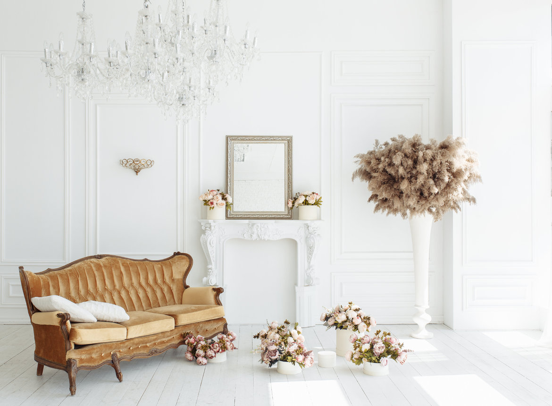 biały pokój z miedzianymi dodatkami