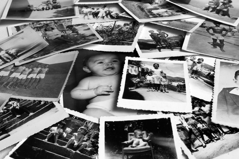 stos czarno-białych zdjęć