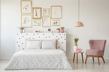 pastelowa sypialnia ze złotymi ramkami