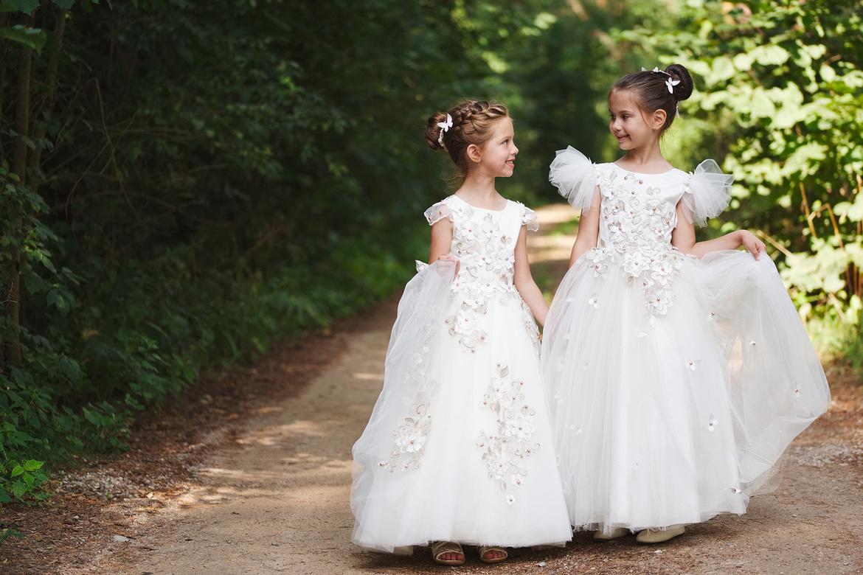 dziewczynki w sukniach komunijnych