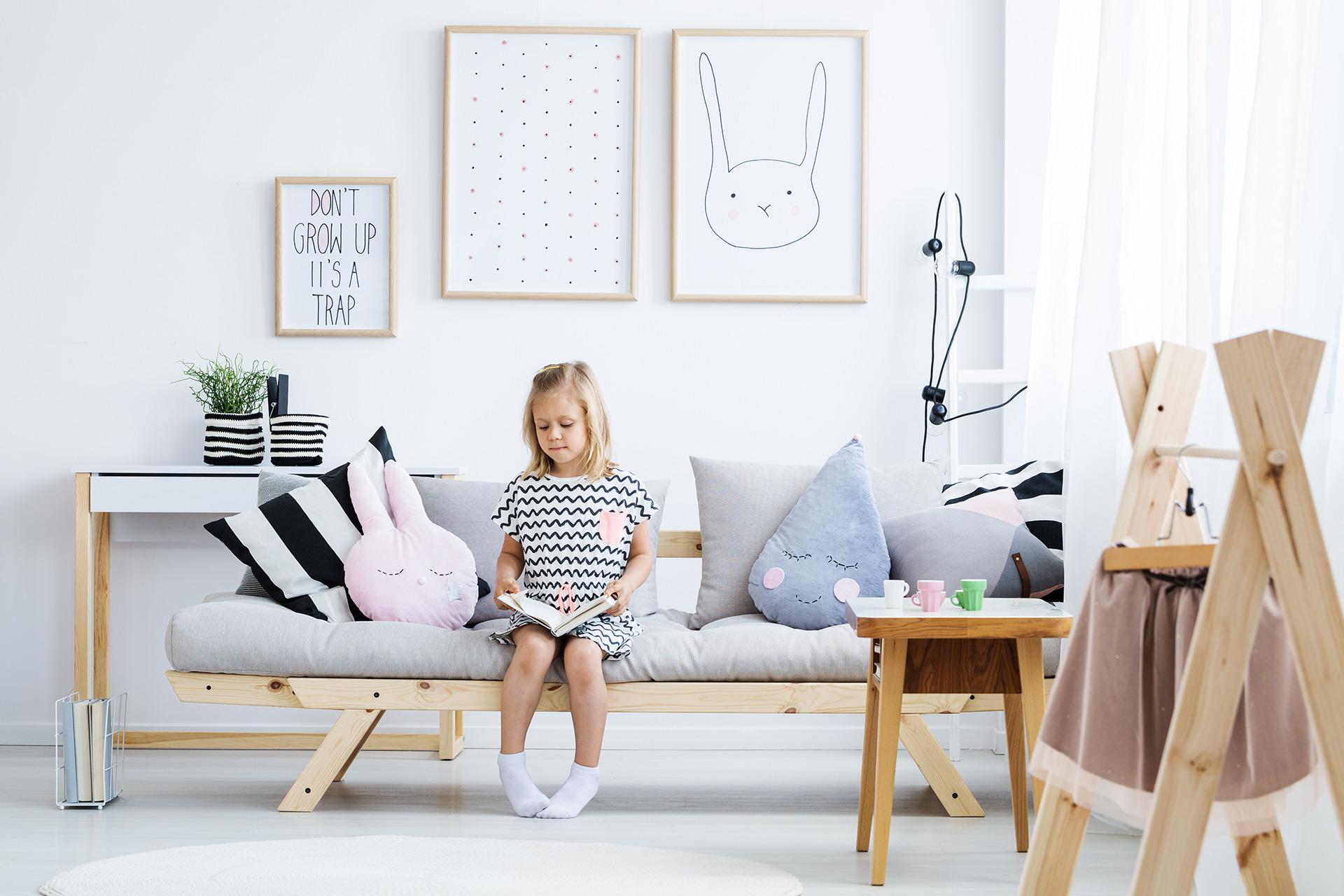 ramki z drewna w pokoju dziecka