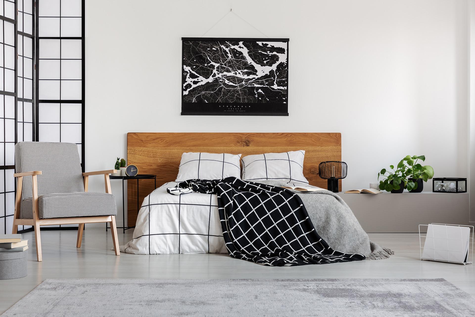 plakat w ramie w sypialni