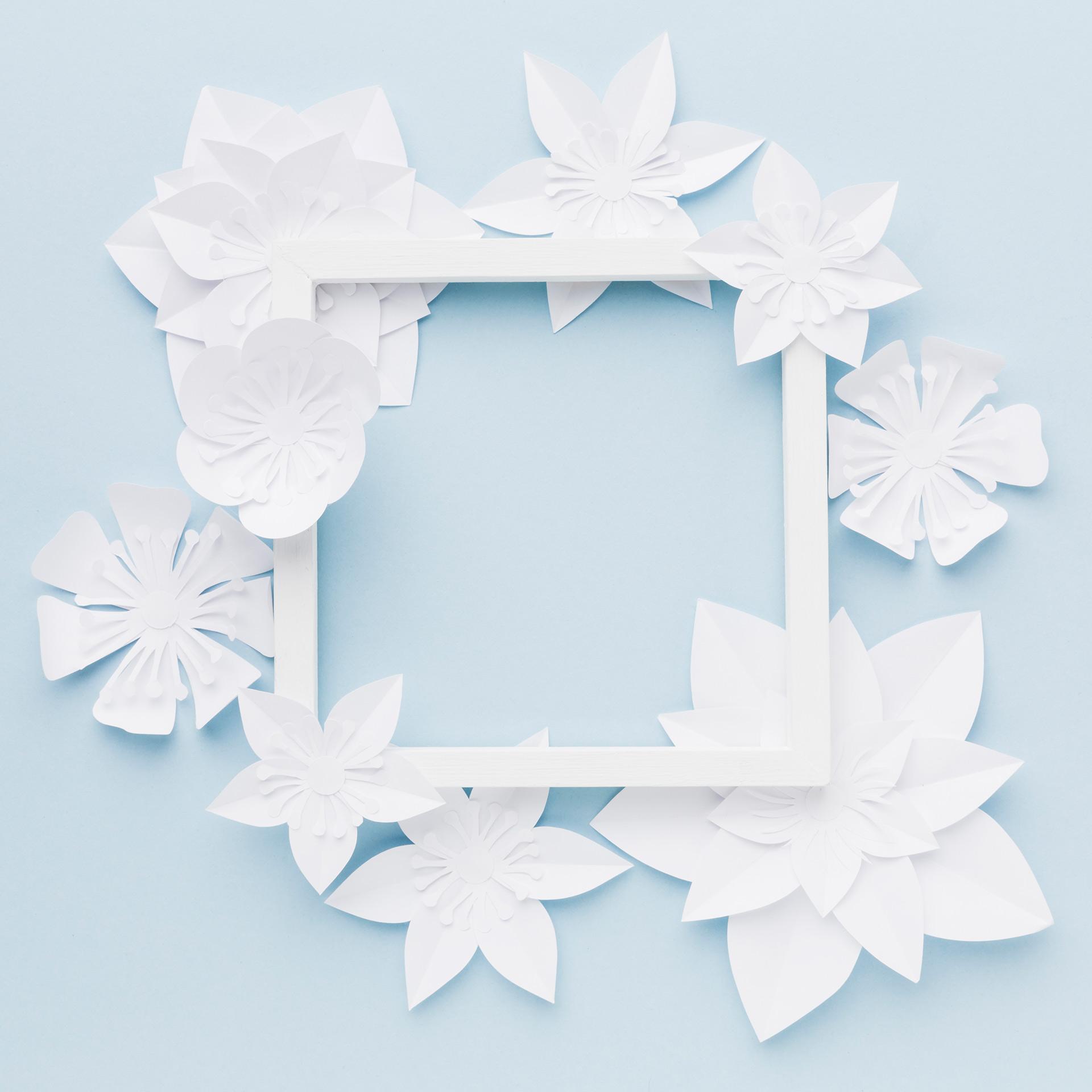 ramka udekorowana dekoracjami z papieru