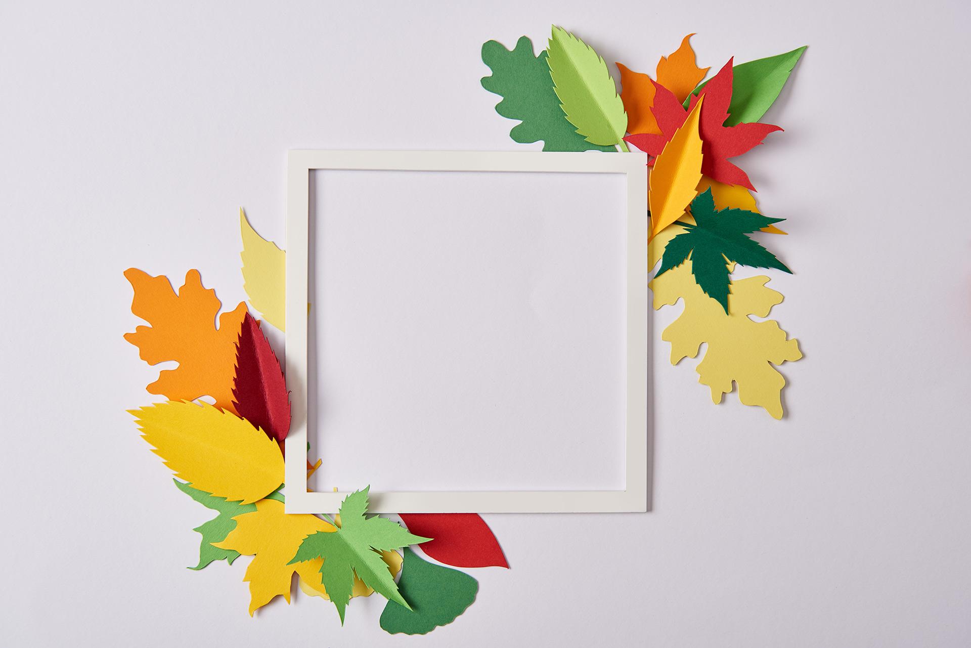 ramka z papierowymi liśćmi