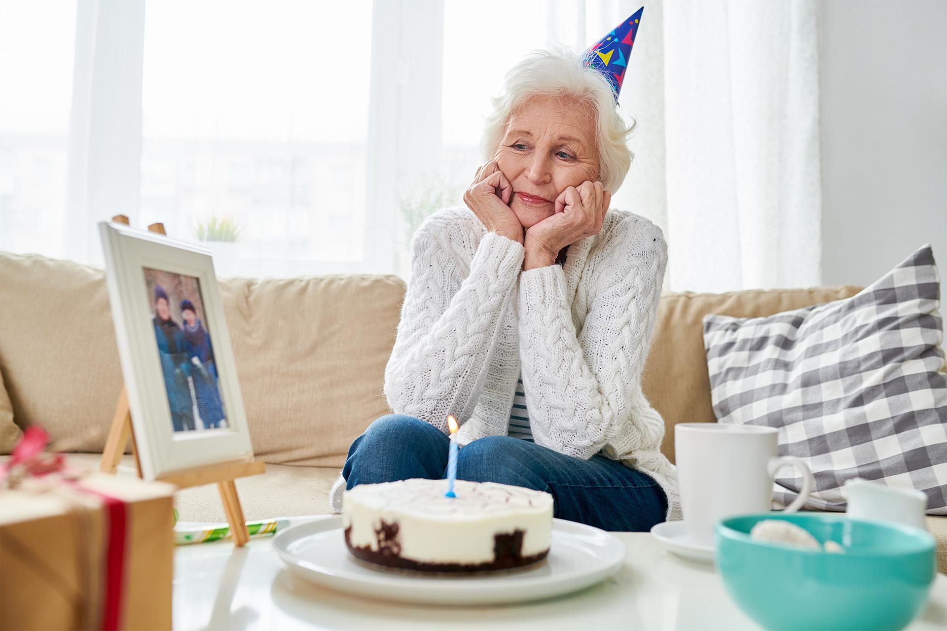 Samotna babcia na kanapie