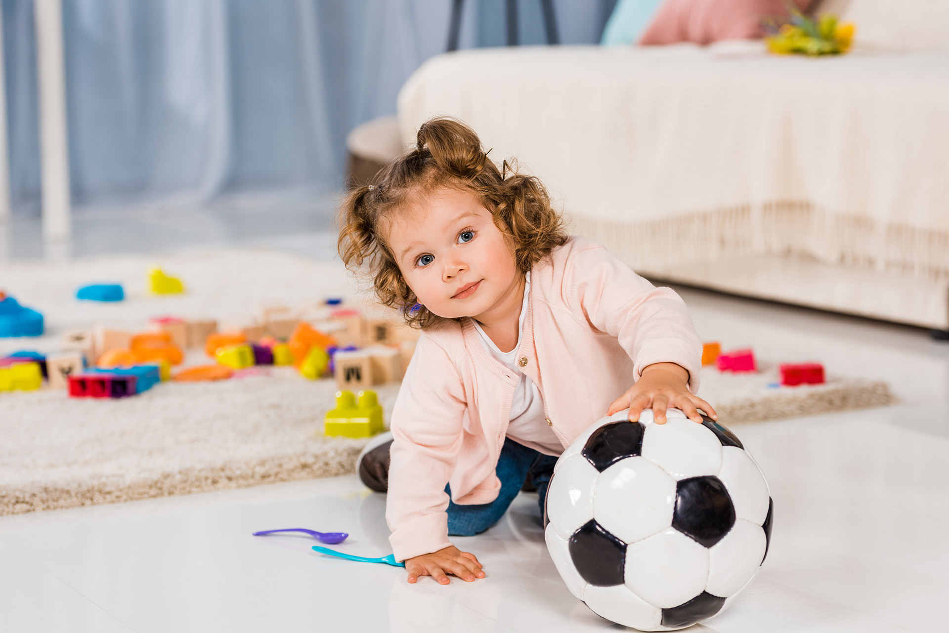 dziecko bawi się w pokoju