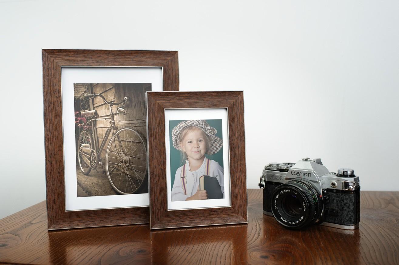 Ramka na zdjęcia i obrazy brązowoczarne prażki ze złotym paskiem Tokio AO