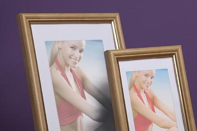 Ramka na zdjęcia i obrazy jasne drewno ze złotym paskiem Wenus AM